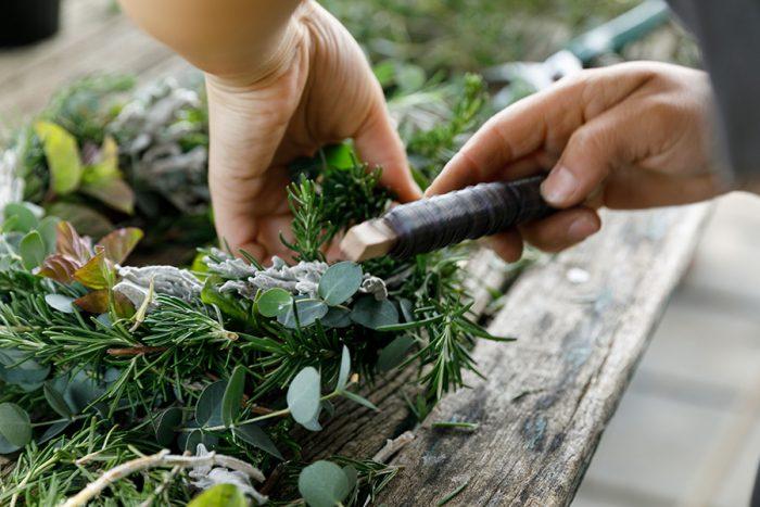 1周して巻き始めまでたどり着いたら、巻き始めと巻き終わりが自然とつながるように、巻き始めの葉を少しめくって材料を入れるようにして巻き留める。