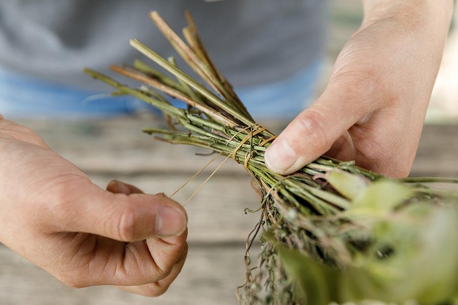 材料を束ね、輪ゴムできつく巻く。ドライの材料を使ったが、さらに乾燥が進むと茎が縮んで抜けやすくなるのでしっかりと。