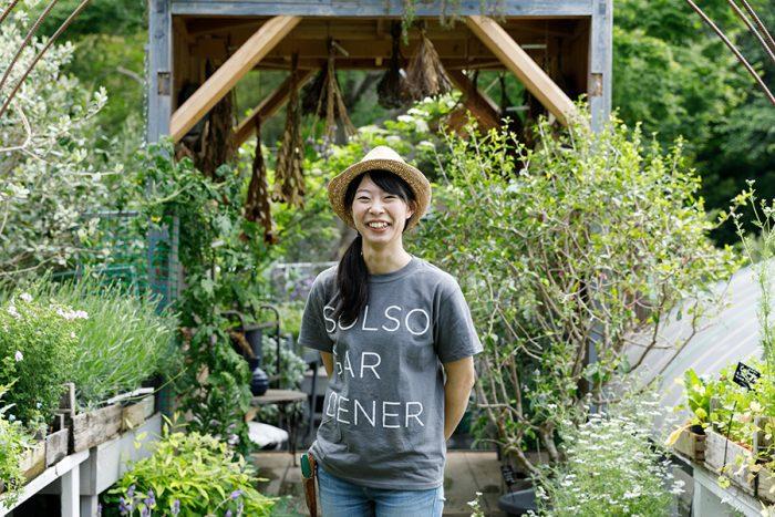 『SOLSO FARM』に移って2年という池田奈々子さん。「他では見たことがないような珍しい植物にも触れられるので、毎日ワクワクしながら仕事をしています」