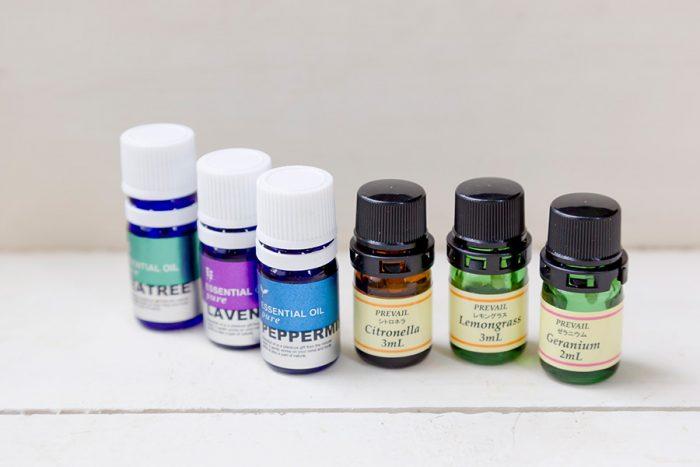 すべて、虫が嫌うアロマオイル。左から、ティーツリー、ラベンダー、ペパーミント、シトロネラ、レモングラス、ゼラニウム。これらを使ってキャンドルを作る。
