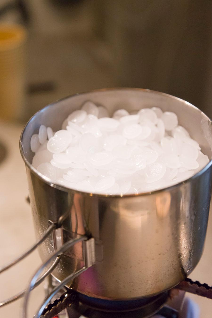 手作りキャンドル用のパラフィンワックスを鍋にかけて溶かす。火傷をしないように取り扱いには十分気をつけて。