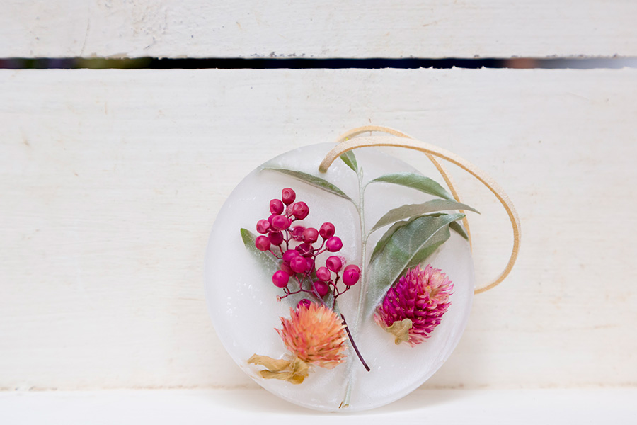 虫の嫌いな香りをつけたパラフィンワックスで、アロマワックスサシェをハンドメイド。革紐やリボンを通す穴を開けるのを忘れずに。