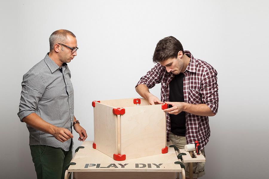 シンプルなシェルフは、8個のPLAYWOODを使用して板をボックス状につなげる。