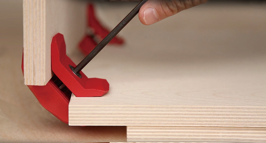板を90°に固定して六角レンチで締める。