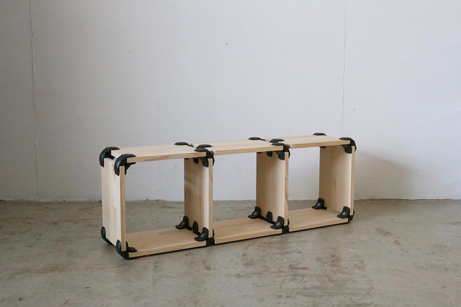 シンプルなシェルフをつなげて、好みのサイズに。クッションを敷けばベンチなどチェアとしても。