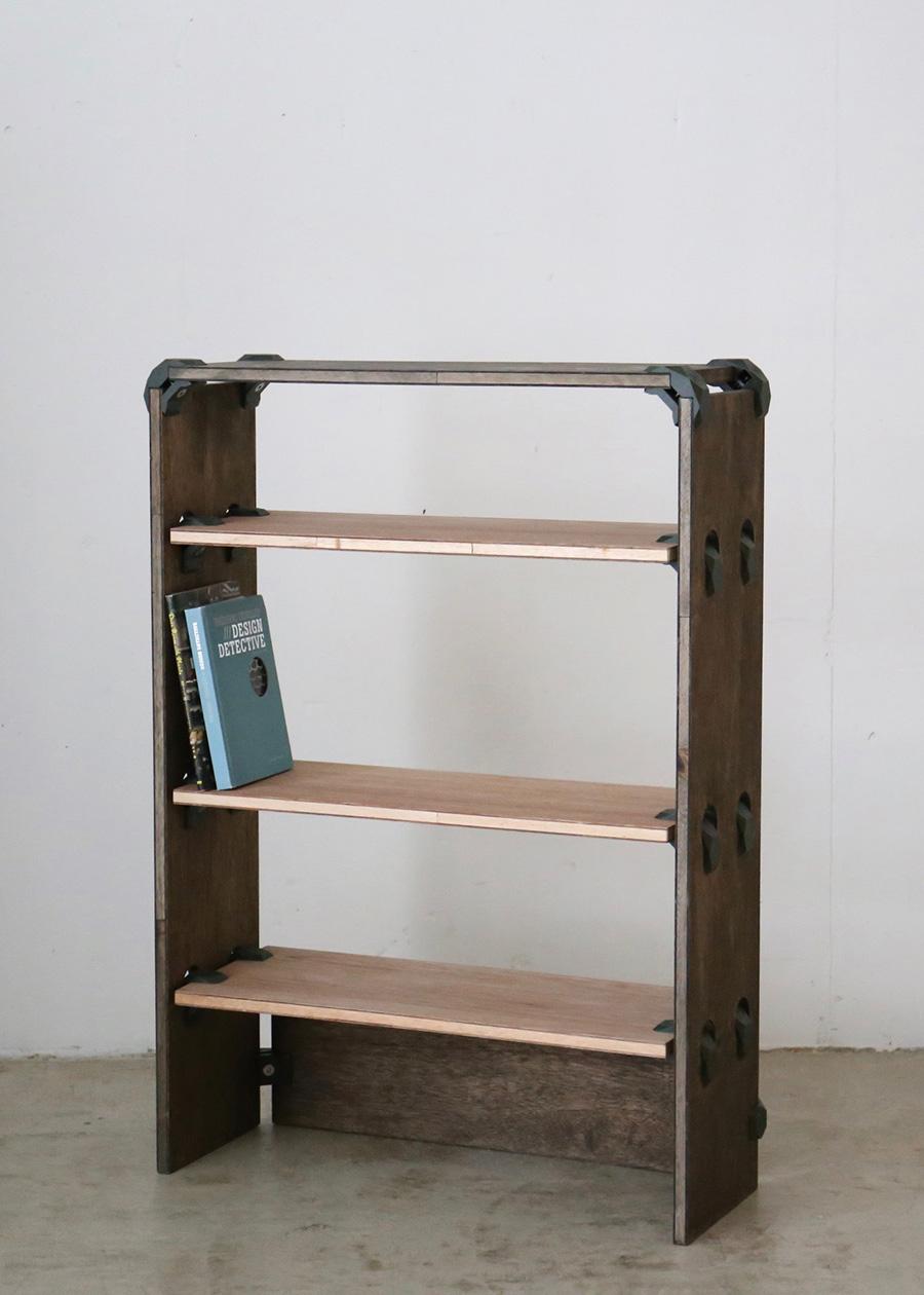 2色の板を組み合わせたオリジナルのブックシェルフ。