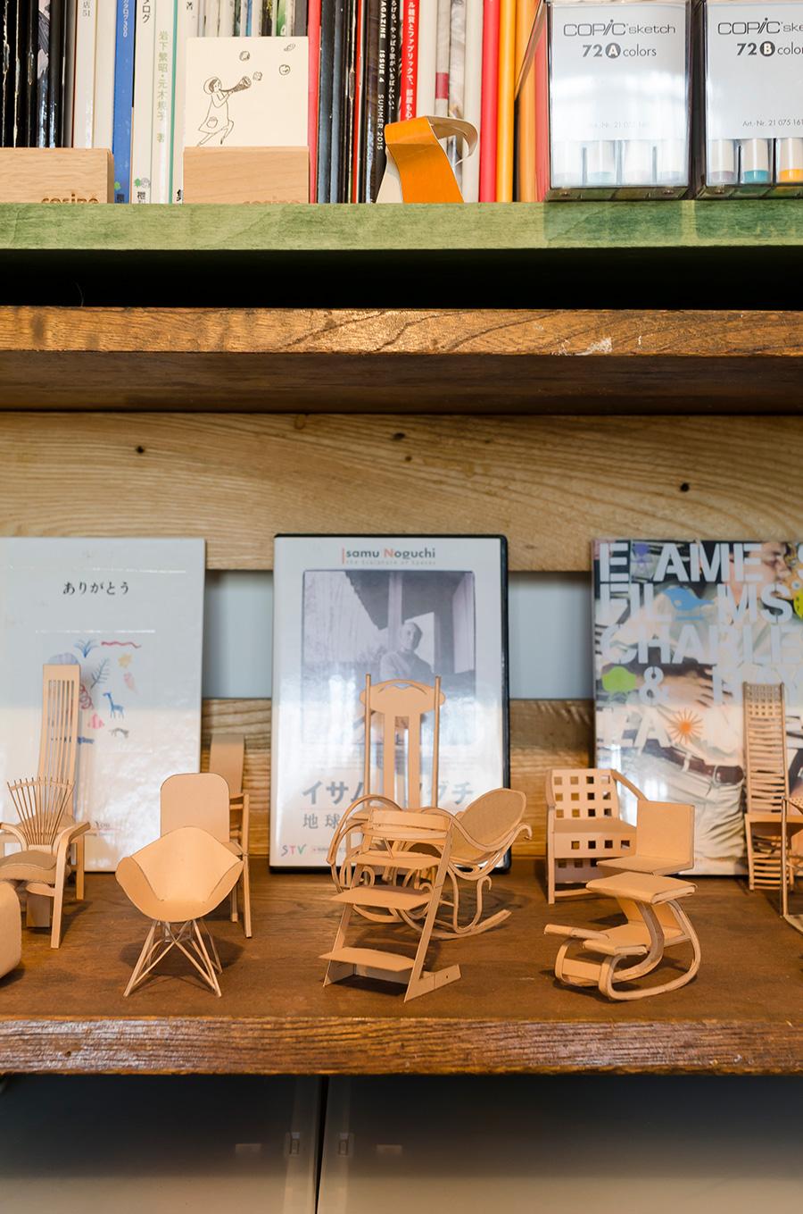 飾り棚に並ぶ椅子のミニチュア模型。