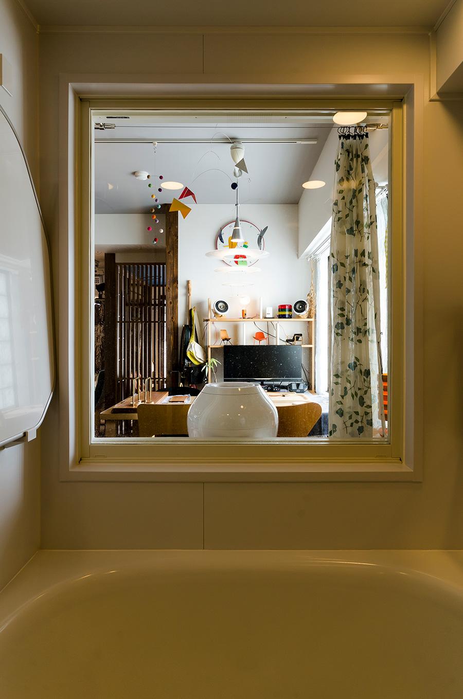 お風呂場には縦長のガラス窓を設置し、開放的な雰囲気に。