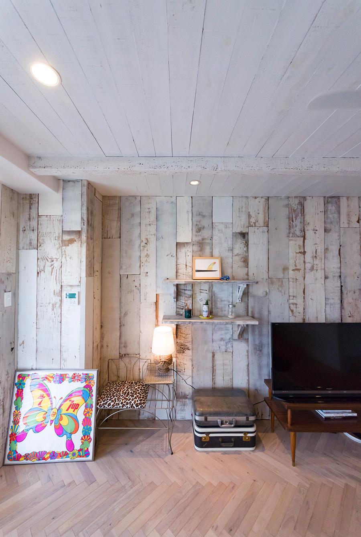 壁には古材を貼り、床はヘリンボーンに。天井も木で仕上げ、白に荒くペイントしている。
