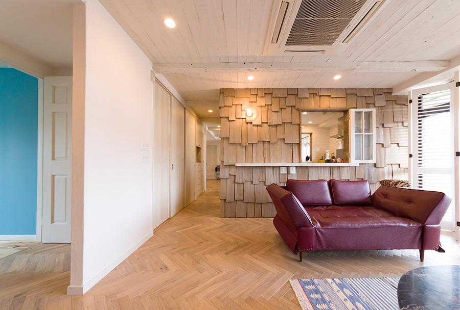 キッチンの壁に窓を開けカウンターを設置して、プールサイドのバーのような雰囲気に。