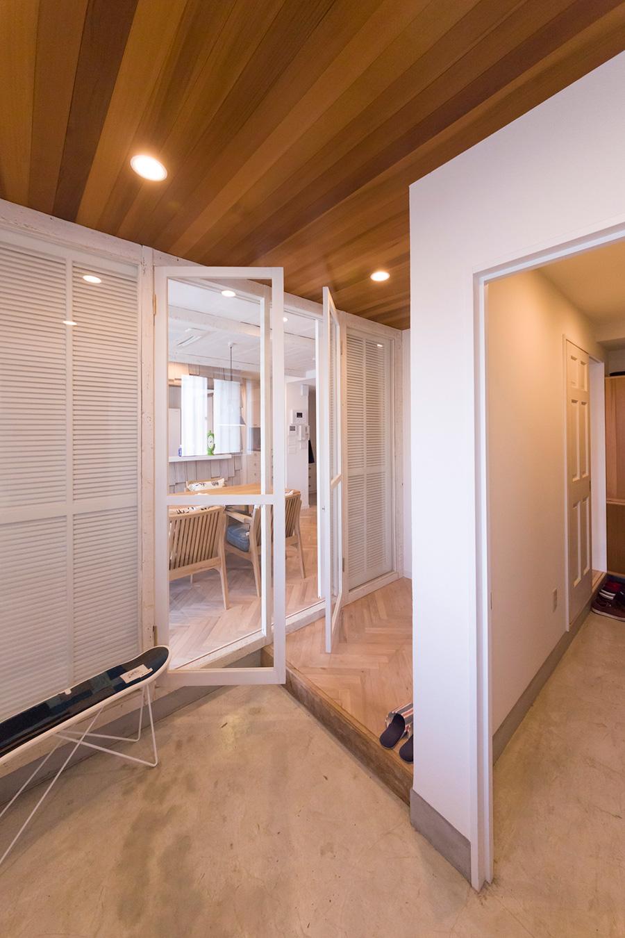 「玄関とダイニングの間の壁をガラスの扉にしました。ルーバーの扉を閉めることもできます」 右側はシューズクローゼット。
