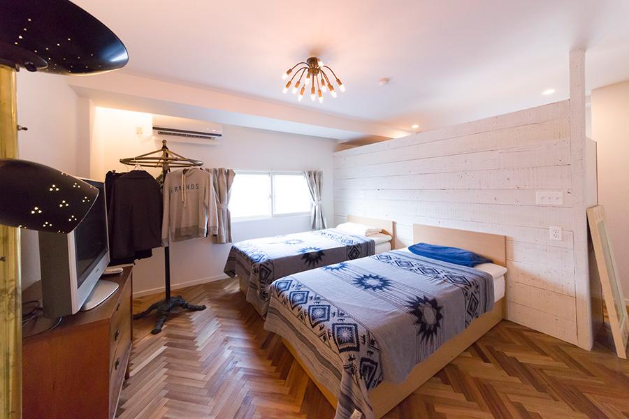 ベッドルームの奥はウォークインクローゼット。壁と天井の間が空いているので、空間に広がりが感じられる。