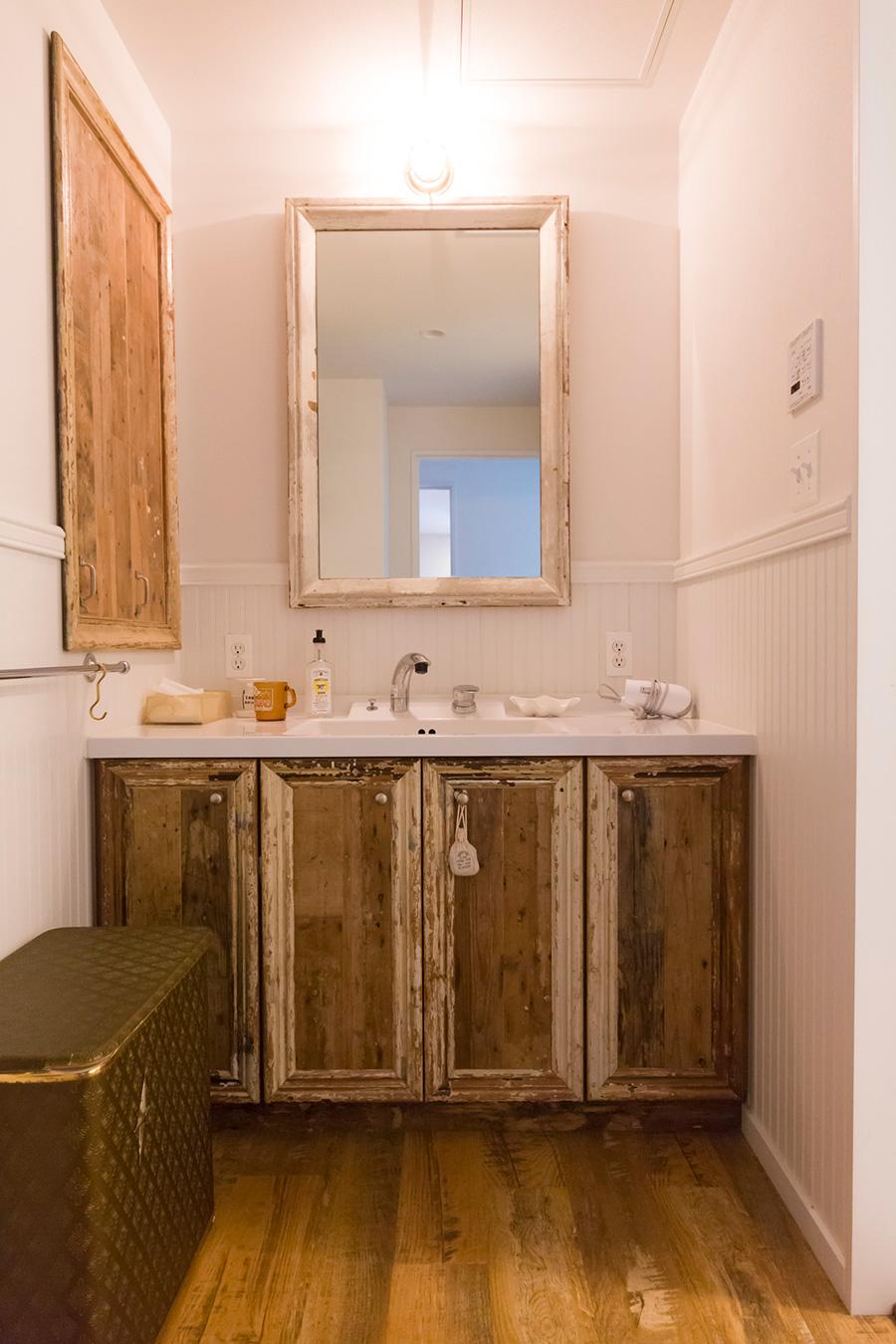 洗面台下と左側の収納扉は、アンティークの額縁を使って制作したもの。