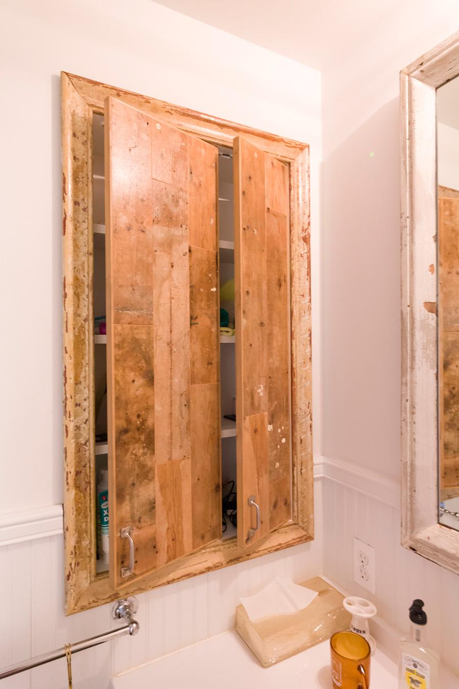 「洗面所の収納棚は手前が開きます。観音開きよりモノが取り出しすいので気に入っています。施工していただいた方のアイディアです」