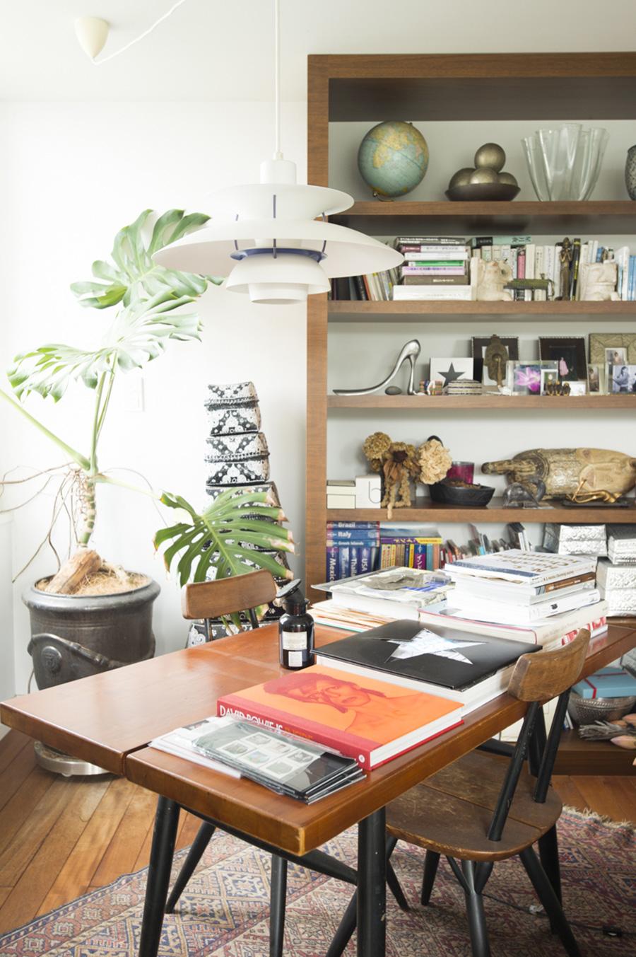 イルマリ・タピオヴァラのヴィンテージのテーブル&チェアが置かれた一角は、書斎のようなコーナー。