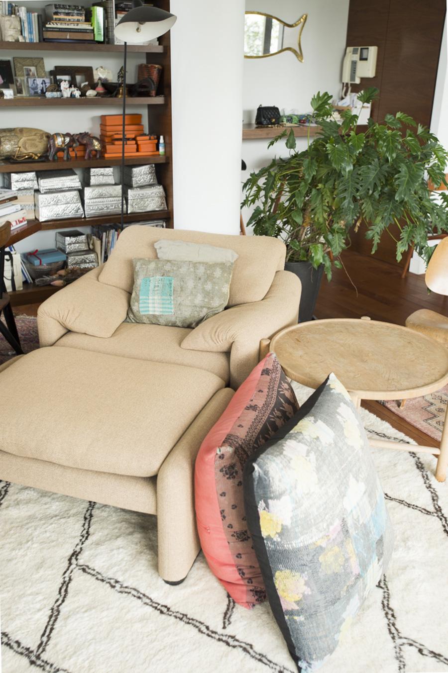 ソファーは色や素材にこだわり、カッシーナに発注したマラルンガ。エスニックなクッションとも調和している。