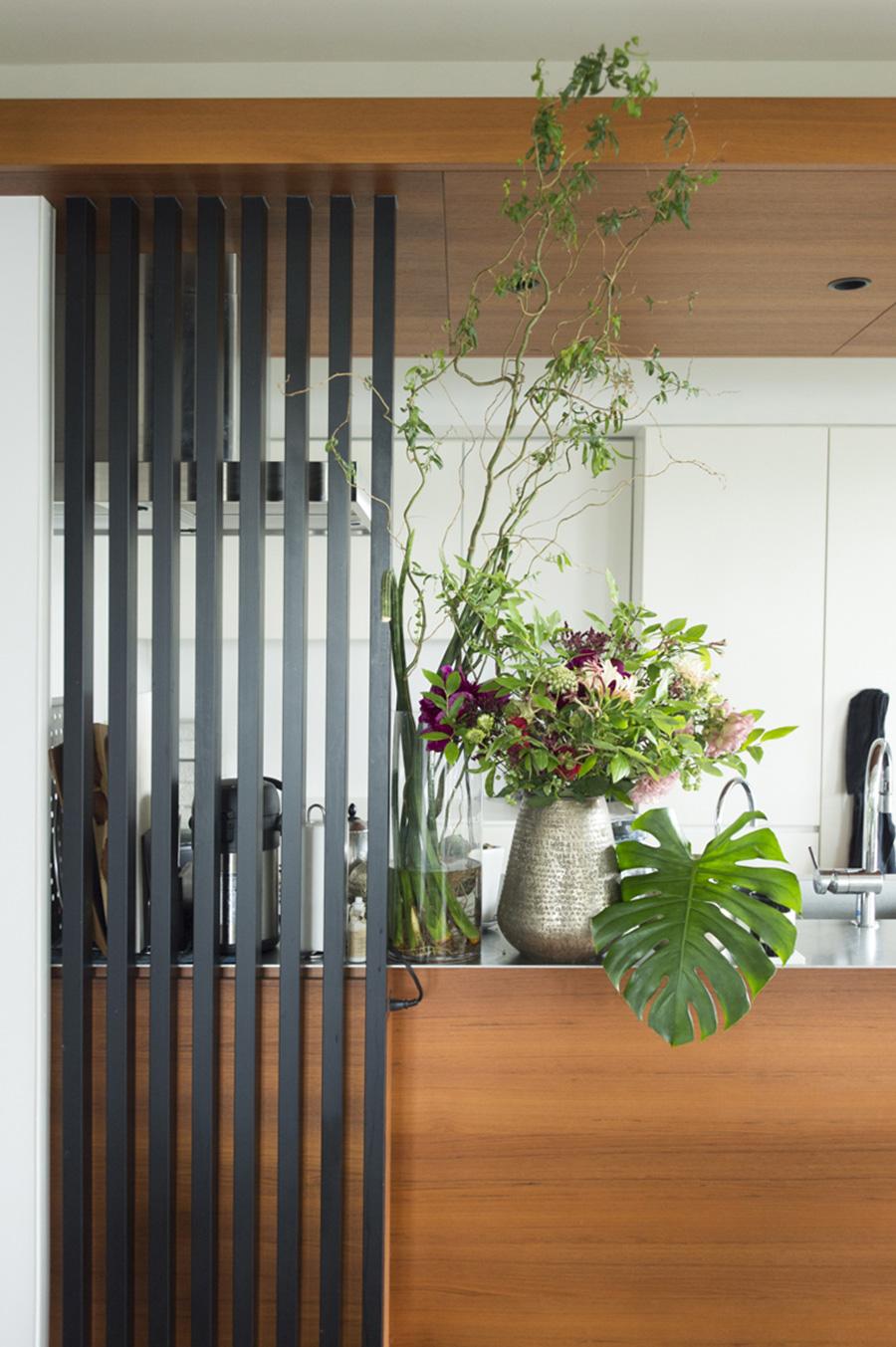 ルーバーの脇には、いつも花や植物を欠かさず、大胆に飾る。海外でインスパイアされたディスプレイ。
