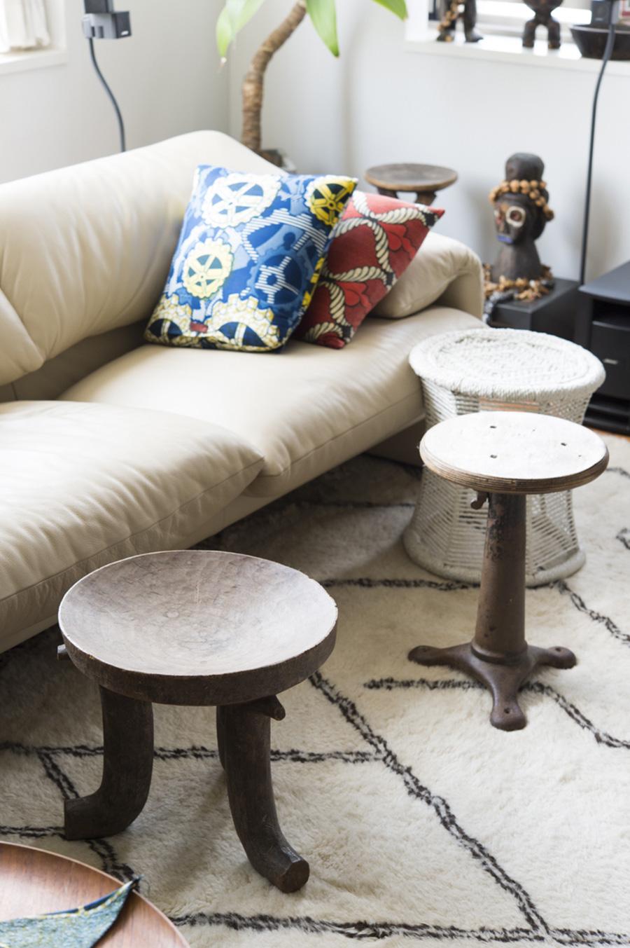 マラルンガのソファー前にあるのは、アフリカ、インド、イギリスと出処バラバラの木掘りの椅子。
