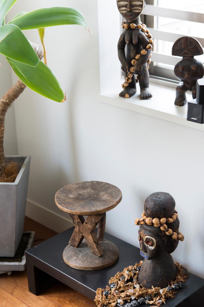 アフリカの木彫りの置き物コーナー。ひとつひとつに手作りの味わいが。