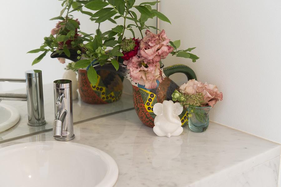 トイレの手洗いの片隅にも花は欠かさない。象の置き物がキュート。