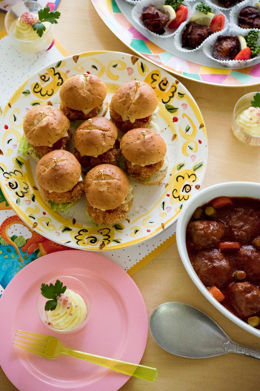 食器などはカラフルなものをセレクトして、明るく楽し気な雰囲気に。