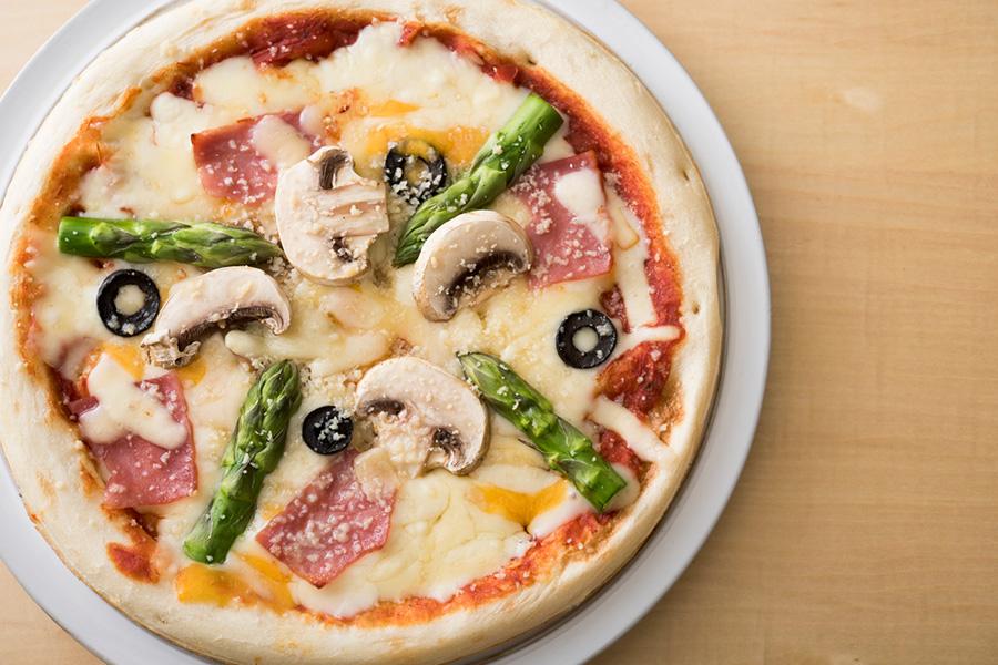 新鮮な野菜などをトッピングするだけで立派なピザに。大人だけならピカンテのハムなどのせても○。