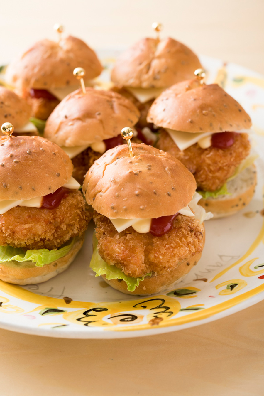 甘みや塩味が少ない丸型のバンズに挟んだエビカツ。ミニサイズが食べやすい。