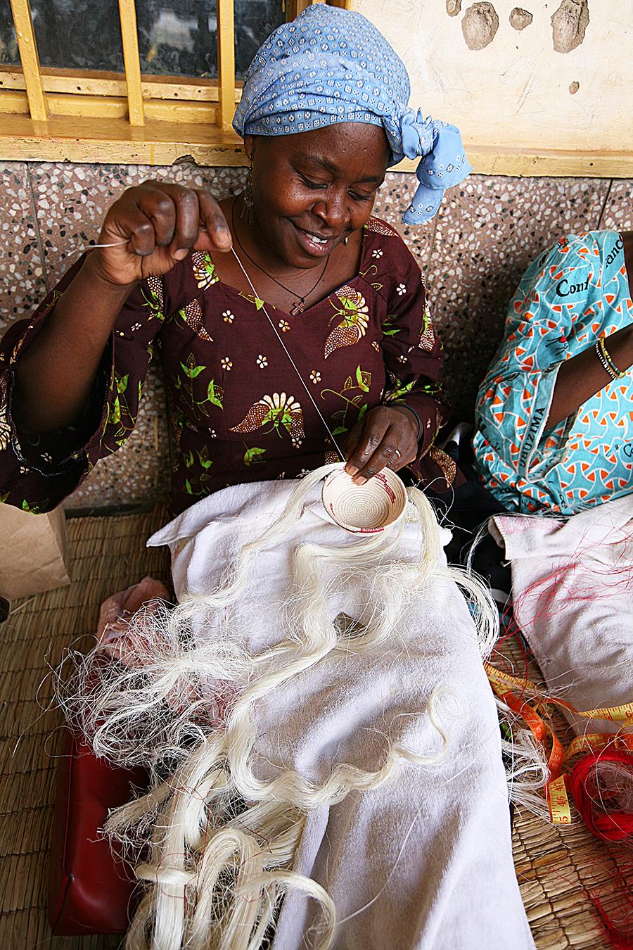 ひと針ずつ柄のバランスを保ちながら編み上げる作業は、織り子のセンスと根気が必要。