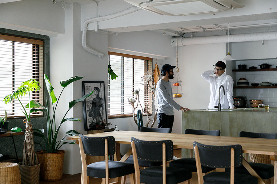 稲田さん(右)とHAY hutteの安井さん(左)は大学時代からの友人でそろって山好き。互いのセンスに一目置く間柄でもある。