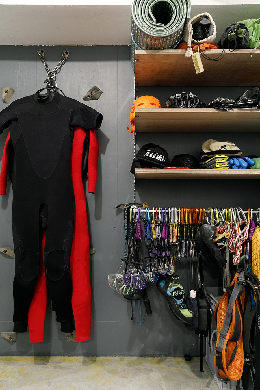 壁にはホールドを付け、クライミングの練習ができるようにした。ウェットスーツをかけているのは、ラッペルステーションというクライミング用品。