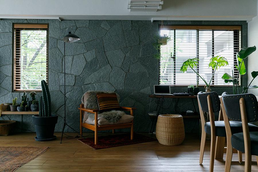 石の壁は、パズルのように組み合わせるのが大変だったそう。「ミッドセンチュリーのアメリカ建築の雰囲気もありますよね」と安井さん。