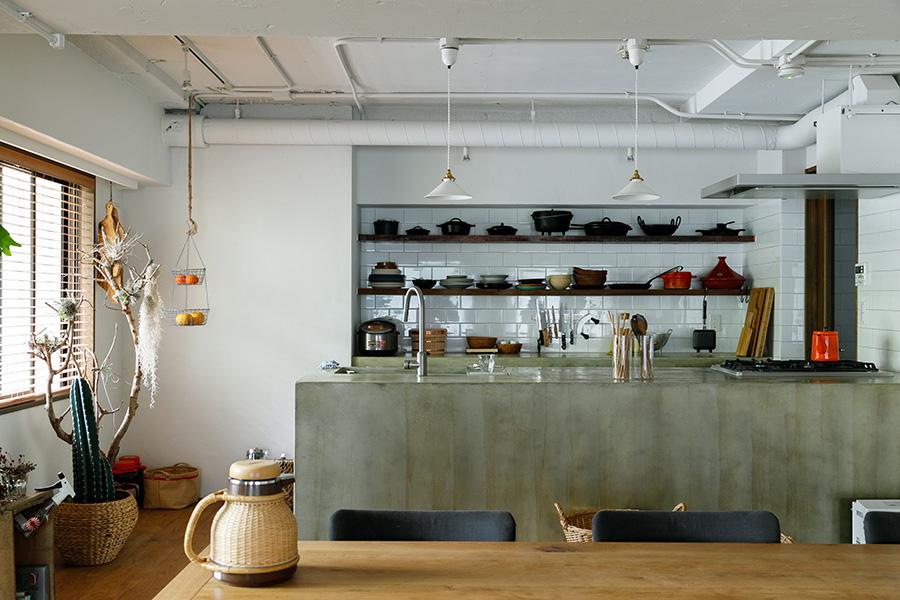 モルタルで造作したキッチンカウンターは、どこか昔ながらのかまどを連想させる。