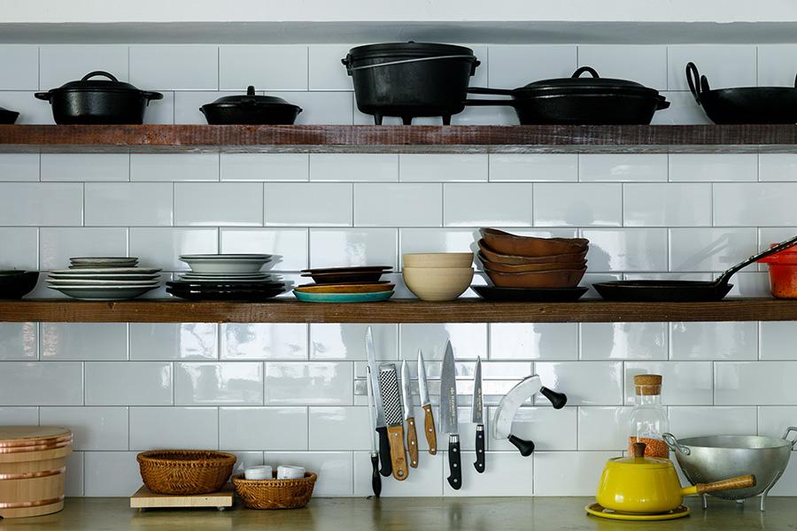 たくさんの鍋や大皿を並べられる頑丈な棚は、「Hajikami」がストックしていた味のある古材でつくった。