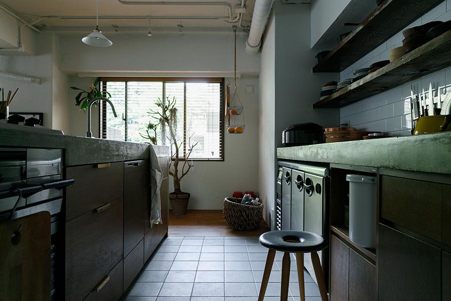 右奥のカウンター下にあるのは冷蔵庫。「家庭用で気に入ったデザインがなくて、業務用を入れました」(稲田さん)。