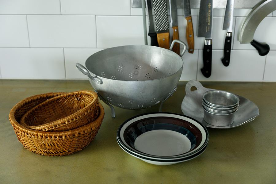 稲田さんが「HAY hutte」で購入したキッチンウエアたち。「HAY hutte」では、世界中から集めた味わい深い雑貨の販売も行っている。