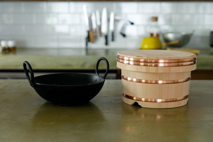 料理好きの稲田さんの最近のお気に入りは、カレーづくり用の鍋とおひつ。「ご飯をおひつに入れておくと冷めても美味しいんです」。