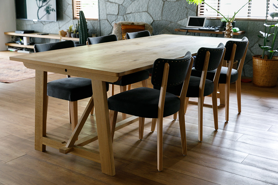 「HAY hutte」オリジナルのダイニングテーブルと椅子。どちらも材はオークで重厚感がある。テーブルの幅は2m20cmとかなり大きいが、この大空間にはしっくり馴染む。