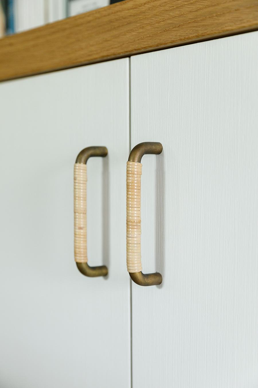 収納棚の取っ手は真鍮に藤を巻いたもの。細かい部分まで気を配る、ものづくりの信念が感じられる。