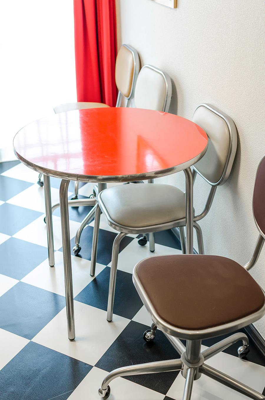 イタリア製「ARTISTA VISITATORE」のテーブルと椅子。