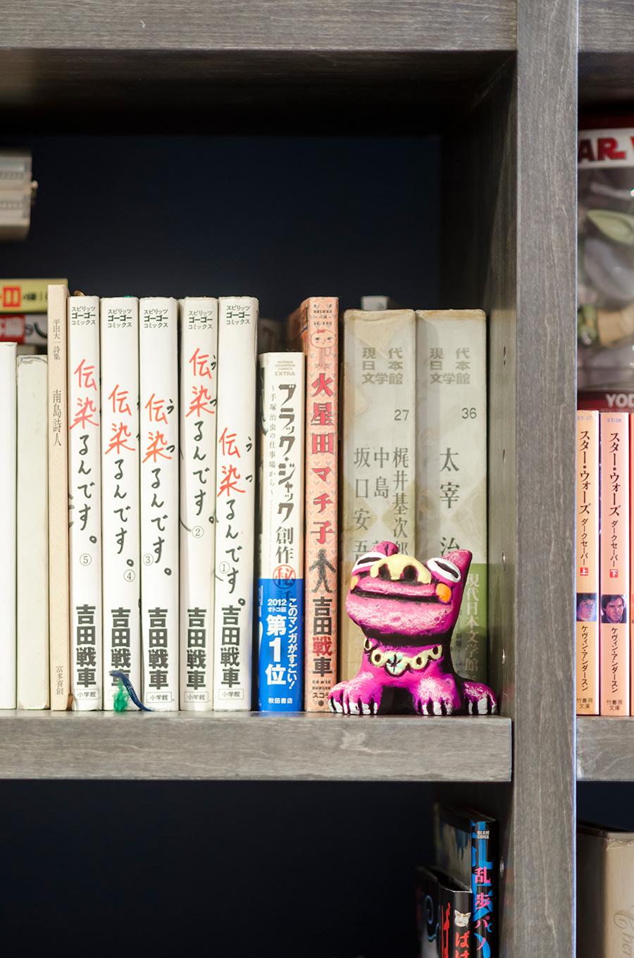純文学や漫画、小説と幅広いジャンルの本が並ぶ。