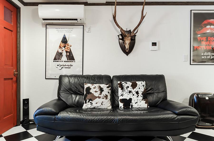 市松模様の床に合わせたシックなソファ。