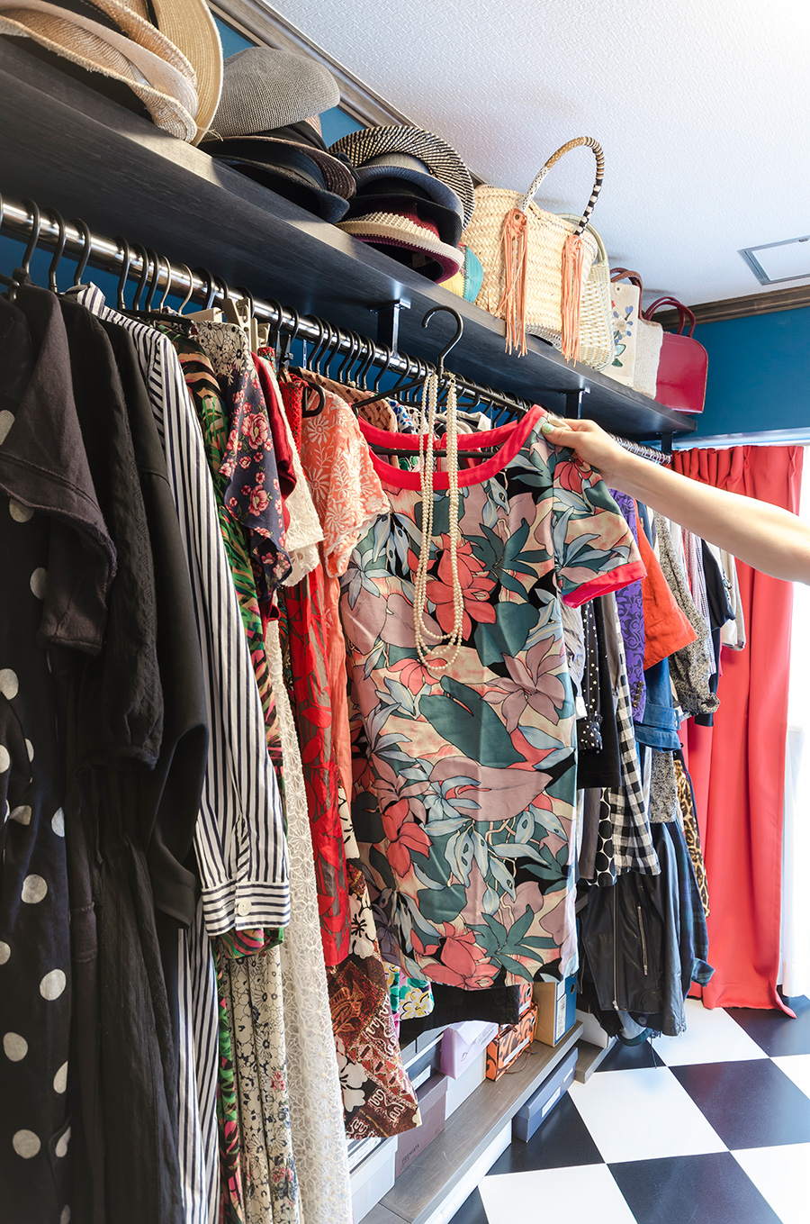 棚の一部には綾子さんのお洋服などを収納。