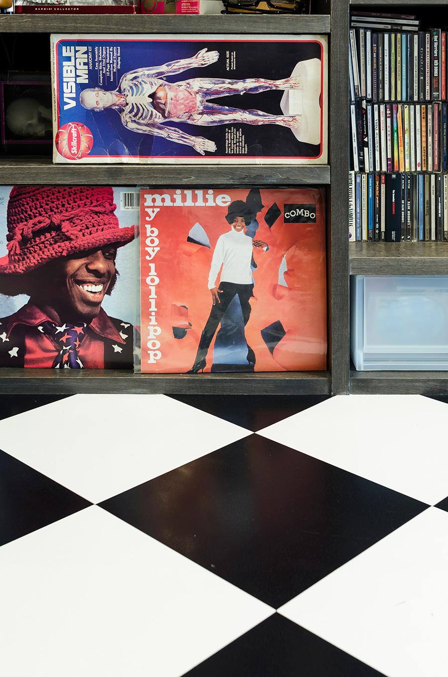 鮮やかなレコードのジャケットがポップな床とマッチ。