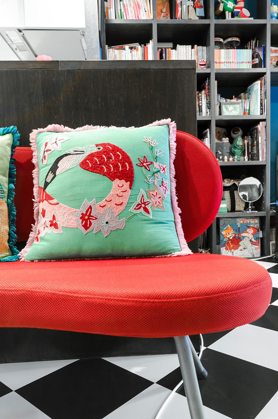 赤いソファに映える刺繍クッション。