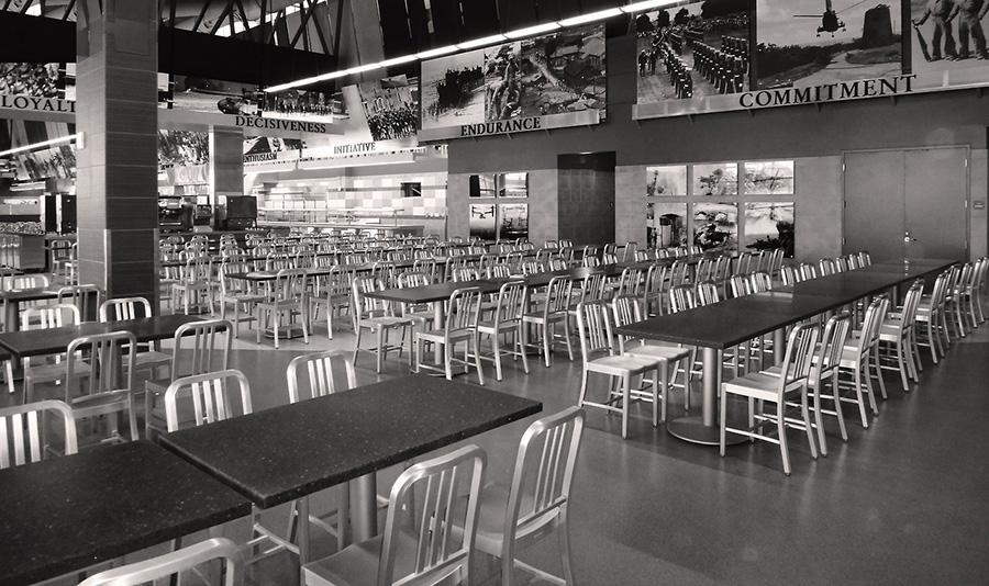 アメリカ合衆国海軍の食堂で実際に使われているネイビーチェア。