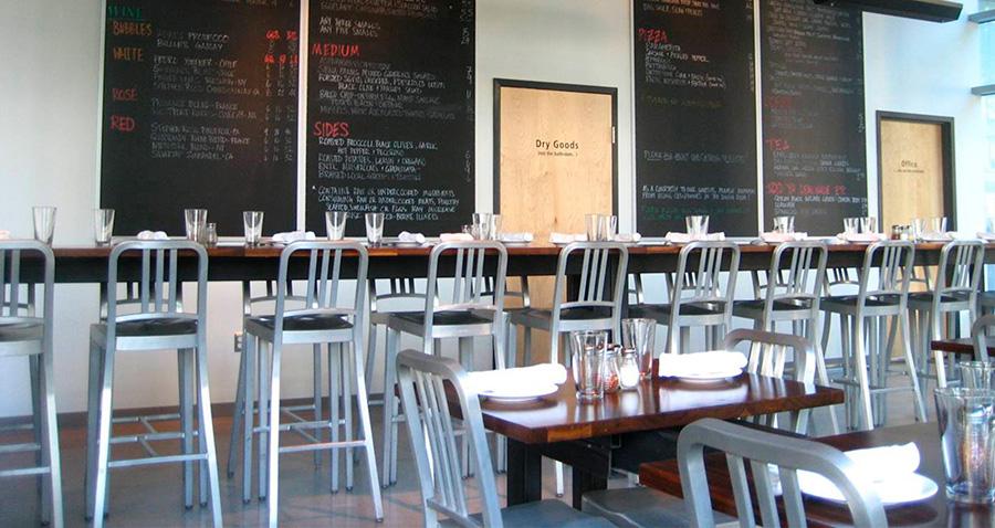 軽くて丈夫なアルミニウムの椅子は、レストランやカフェでも多く採用されている。