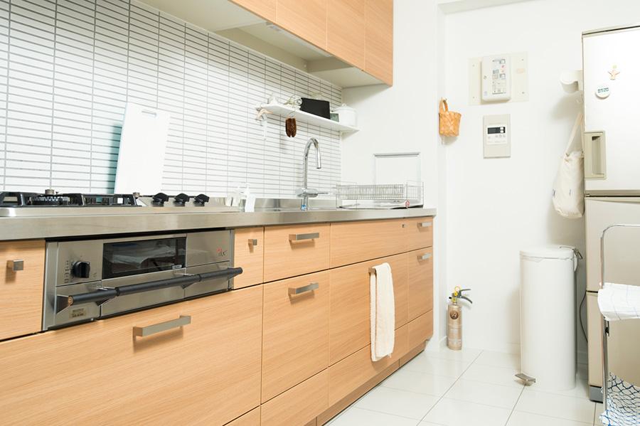 使いやすさを考えてリノベーションしたキッチン。キッチン台前の壁はDIYでタイルを貼ったそう。