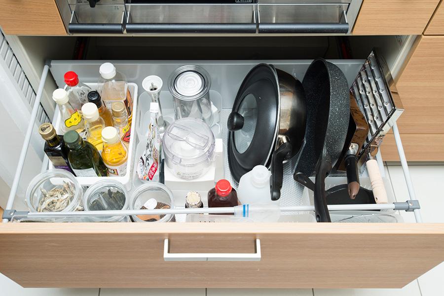 お鍋やフライパンは立てて収納することで、取り出しやすさに配慮。