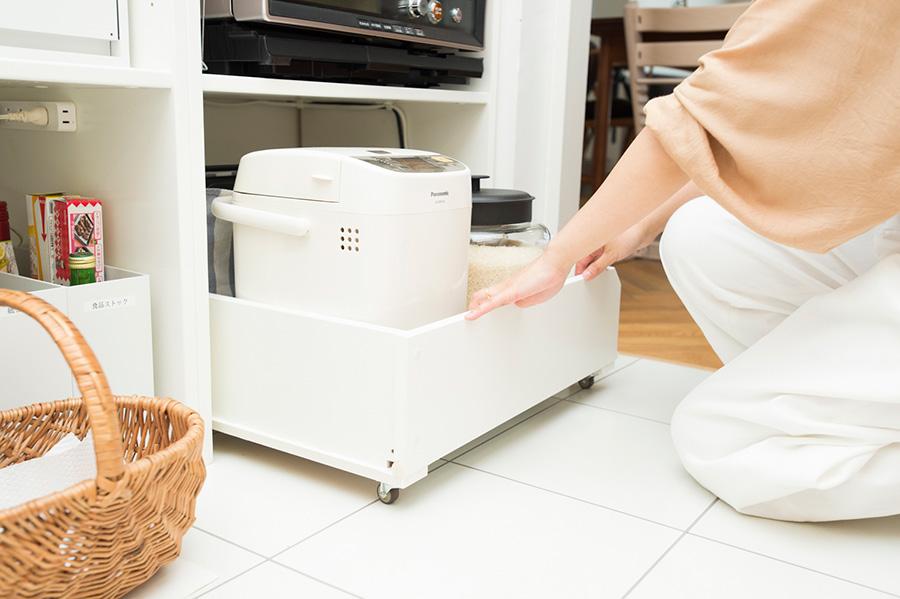 炊飯器にもキャスター付きの木箱を活用。使うときだけ引き出して使う。