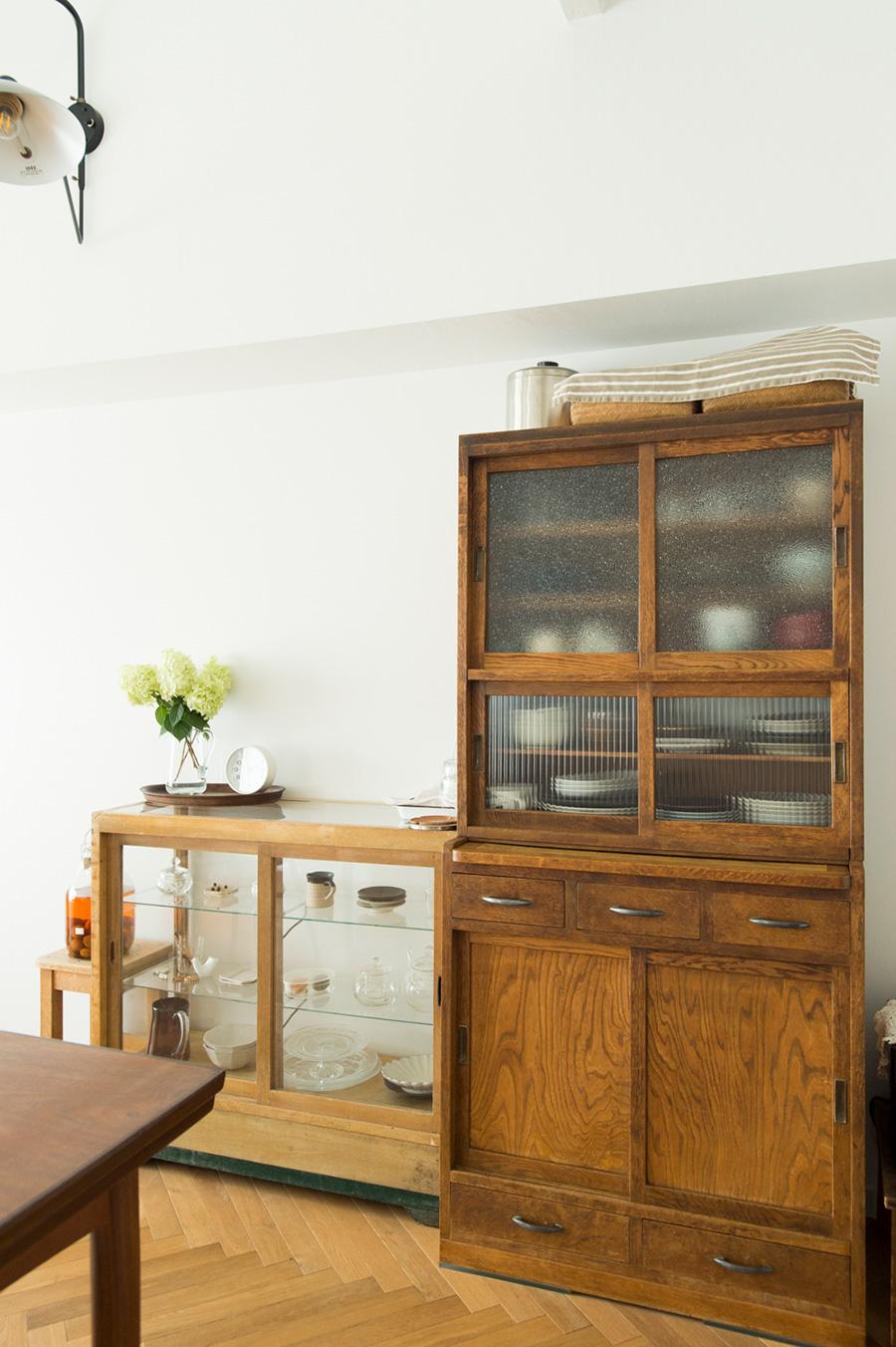 昔、古道具屋さんで購入したという年代もののキャビネットが、無垢の床と白い空間になじむ。